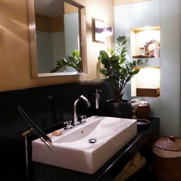 sensa bad einrichtung waschbecken dusche waeschekorb garnitur pflanze spiegel lampe glas muenster